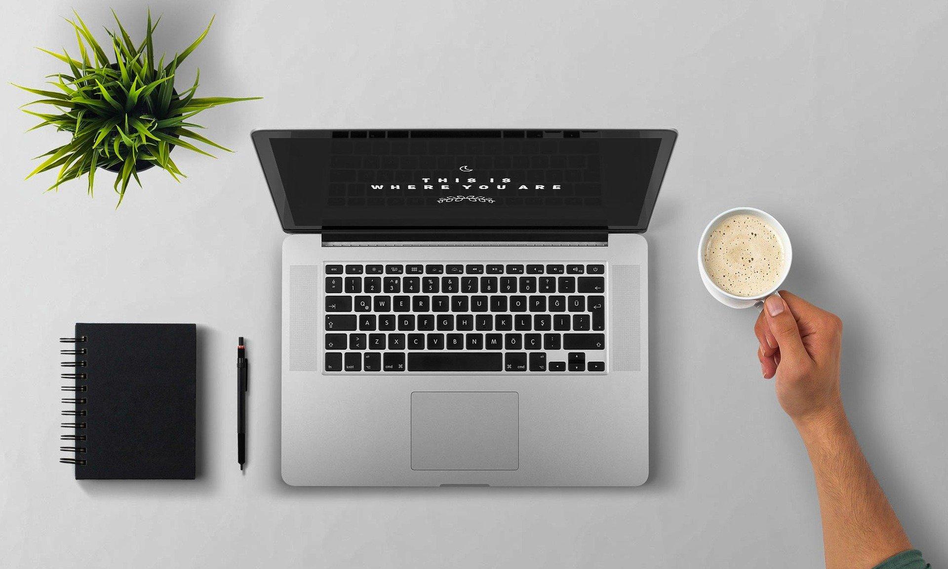 Copywriter laptop práce