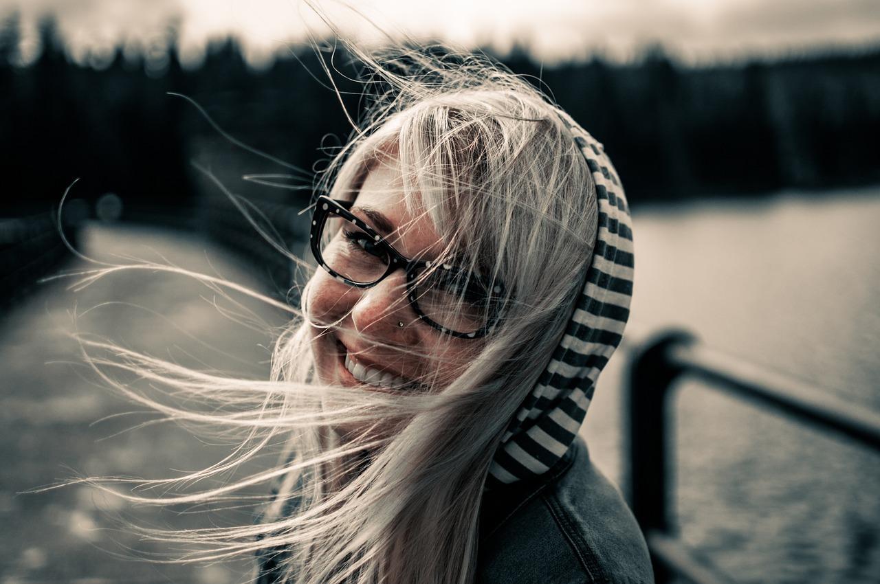 dívka usmívající se do kamery