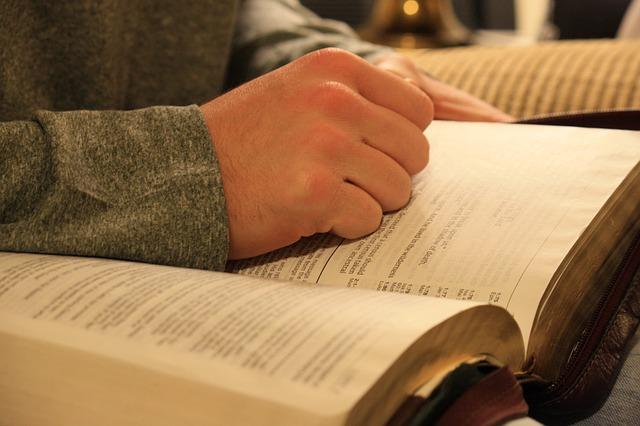 ruka na knize