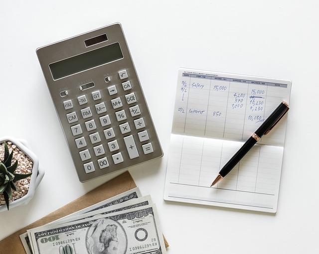 kalkulačka, papír a peníze