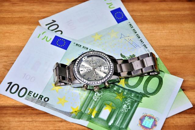 hodinky leží na bankovkách