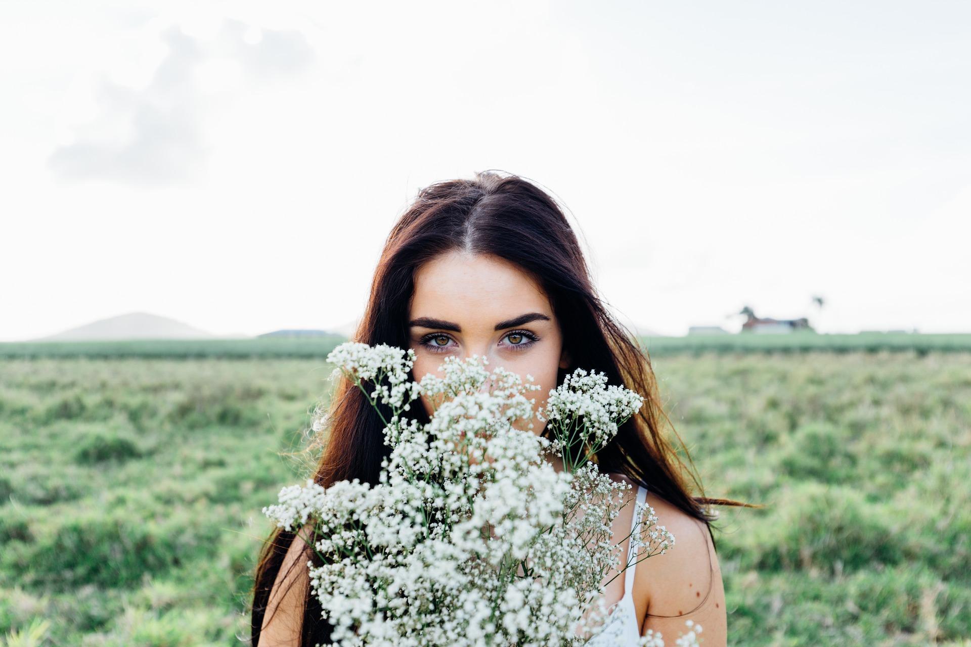 žena s květinou